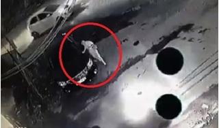 Clip: Người phụ nữ sang chảnh đi ô tô ngược chiều, cố bám đuôi cào xước xe trả thù