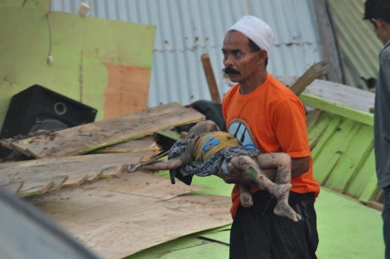 Tìm thấy ít nhất 30 thi thể nạn nhân trong vụ động đất, sóng thần kinh hoàng ở Indonesia