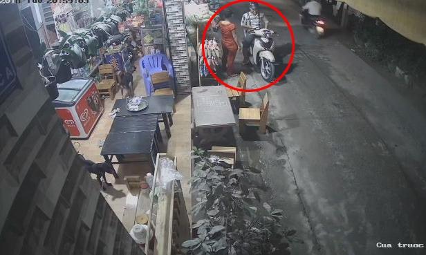 Thanh niên đi xe SH cướp thùng bia trắng trợn của cửa hàng tạp hóa