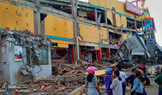 Những hình ảnh tang thương sau động đất và sóng thần ở Indonesia