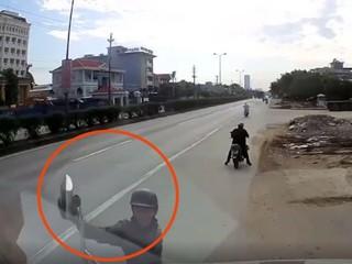 Clip: 'Đạo chích' trộm gương xe container trong tích tắc