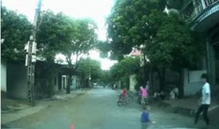 CLIP: Đang phóng vun vút, tài xế phanh gấp vì em bé lẫm chẫm chạy qua đường
