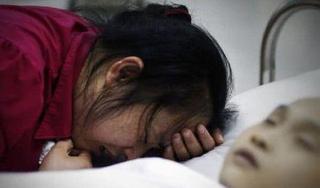 Cậu bé 6 tuổi bị xuất huyết não sau cái tát của mẹ
