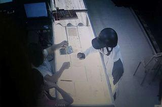 Clip: Giây phút kẻ bịt mặt dùng súng cướp tiệm vàng ở Nam Định