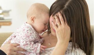 Mẹ cần tập ngay những thói quen này để tránh trầm cảm sau sinh