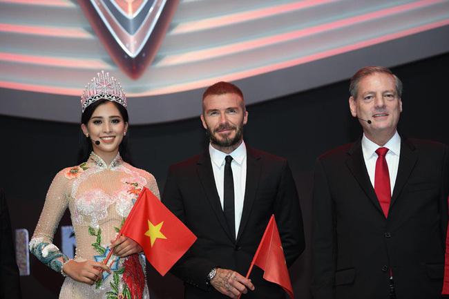 Giây phút hiếm hoi của Tiểu Vy bên cạnh David Beckham tại Paris Motor Show