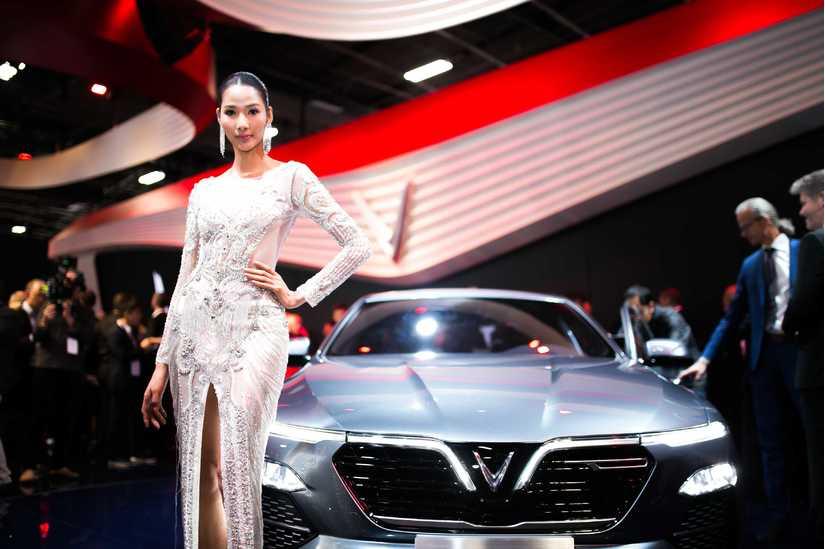 Tiểu Vy, Hoàng Thùy khoe nhan sắc vạn người mê tại Paris Motor Show 2018
