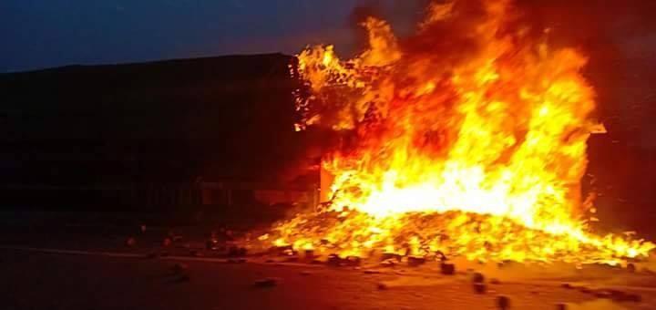 Container bất ngờ bốc cháy dữ dội trên cầu Thanh trì lúc sáng sớm