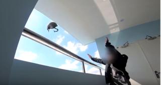 Dân mạng phẫn nộ trước clip thử thách thả mũ bảo hiểm từ tòa nhà cao tầng