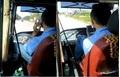 Clip: Phẫn nộ với tài xế vừa lái xe buýt bằng chân vừa nghe điện thoại