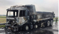 Xe tải chở nhựa đường bốc cháy dữ dội khi đang lưu thông