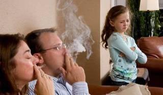 Ra ngoài hút thuốc lá, bố mẹ vẫn hại con chỉ bằng hơi thở