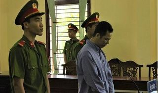 Đâm chết người tình, bị cáo quỳ gối xin mẹ nạn nhân tha thứ tại tòa
