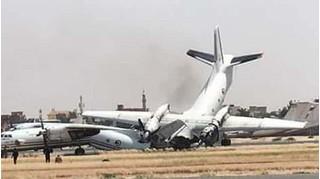 CLIP: Hai máy bay quân sự đâm nhau kinh hoàng trên đường băng