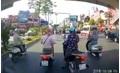 Clip: Ba 'ninja lead' dừng xe giữa đường 'tám chuyện' mặc ô tô phía sau bấm còi