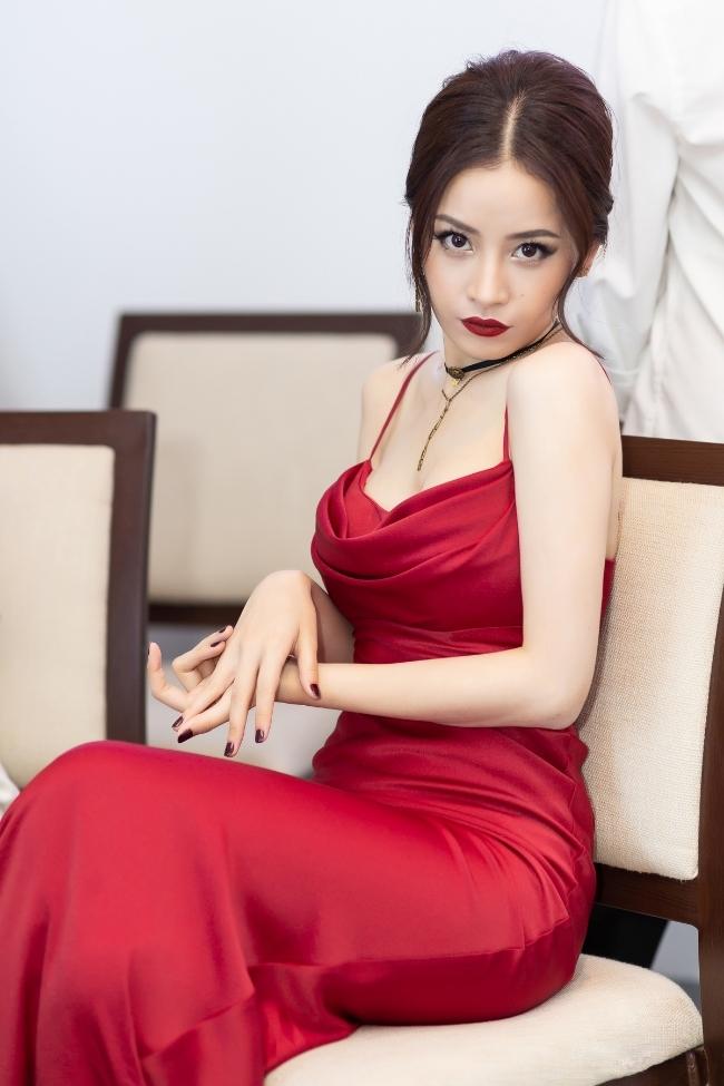 Mặc váy sexy, Chi Pu gọi mình là đoá hoa hồng xinh tươi uốn éo