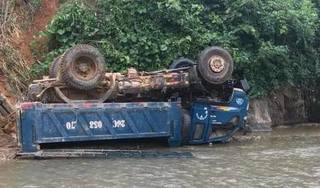 Xe tải lao xuống suối nằm 'phơi bụng' vì mất lái