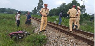 Cố vượt qua đường tàu khi barie đã đóng, người đàn ông bị tông chết