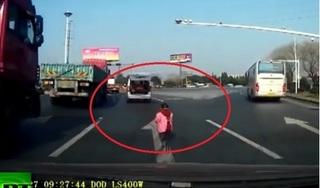 Clip: Thót tim cảnh bé trai rơi khỏi xe ô tô nhưng người nhà không hề hay biết