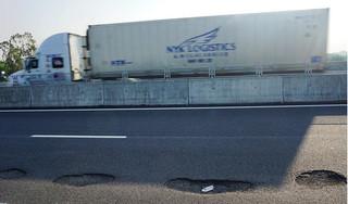 Mới thông xe 1 tháng, cao tốc 34 nghìn tỷ đã đầy 'ổ gà' vì đâu?