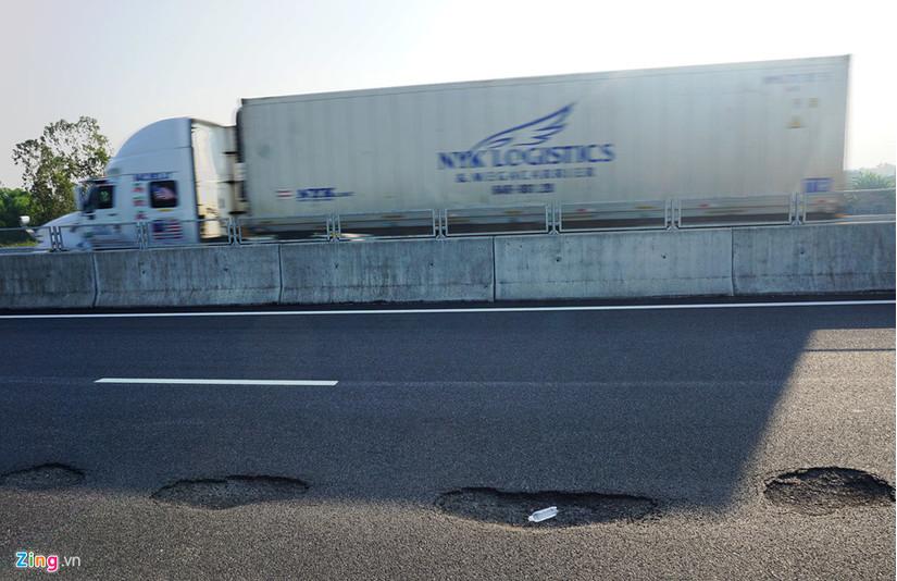 Thông xe 1 tháng, cao tốc 34 nghìn tỷ đã đầy ổ gà vì đâu?