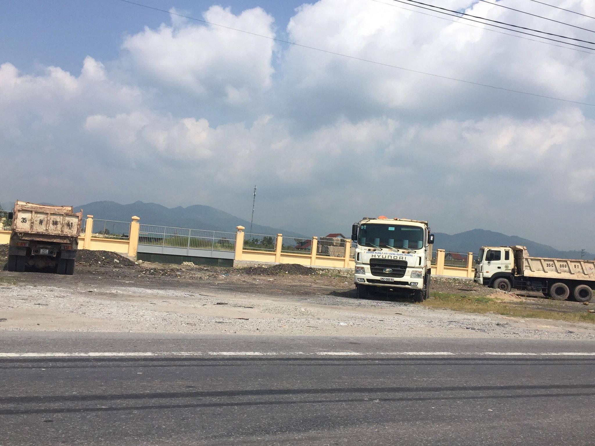 14 xe tải dàn hàng trên quốc lộ chống đối gây ùn tắc