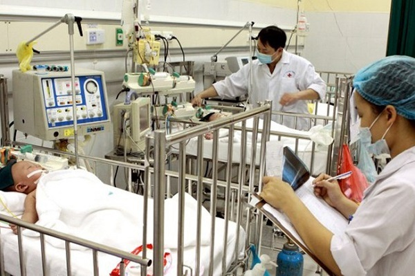 Bác sĩ thăm khám cho các bệnh nhận bị bệnh sởi (Ảnh: Báo Lao Động)