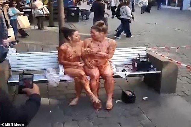 2 phụ nữ khỏa thân bôi mứt dâu để biểu diễn nghệ thuật bị cảnh sát hỏi thăm