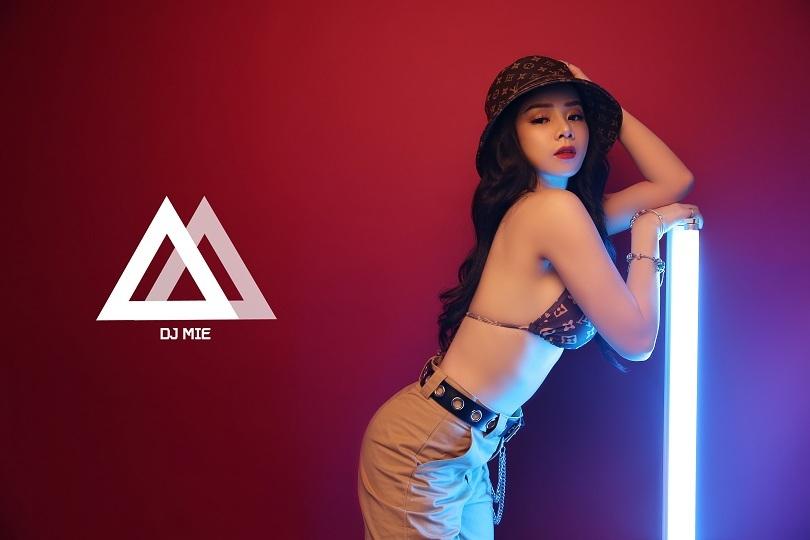 Cô nàng DJ Trương Tiểu My gợi cảm cuốn hút mọi ánh nhìn