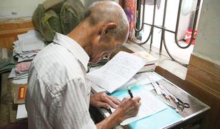 Cụ sinh viên ĐH 84 tuổi: 'Điểm trung bình trên 7, dù nắng mưa chưa từng nghỉ học'