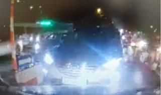Clip: Màn ứng xử khôn ngoan của tài xế khi đối đầu xe đi ngược chiều khiến dân mạng bái phục