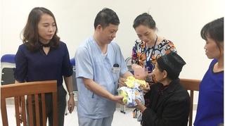 Cháu bé có bố mẹ tử vong trong vụ cháy gần bệnh viện Nhi đã được xuất viện