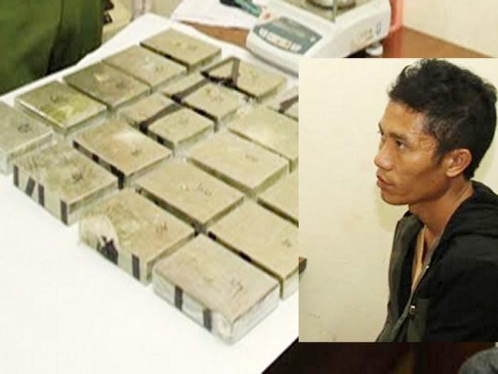 Đang ăn cơm bụi thì bị bắt, thanh niên mở balo chứa 20 bánh heroin