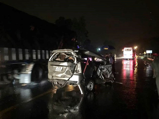 Tông liên hoàn, xe Toyota bẹp dúm trên Quốc lộ 1, một người tử vong