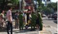 Bị yêu cầu dừng xe, đôi nam nữ đạp đổ mô tô cảnh sát rồi bỏ chạy