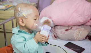 Xót xa hình ảnh bé trai 16 tháng tự học cách chữa ung thư