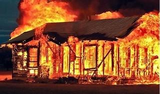 Nghi vấn người đàn ông tự đổ xăng đốt nhà khiến 3 người bị thương