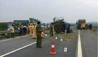 Tông vào đuôi xe khách, xe tải chở bí đao lật đường trên cao tốc Hà Nội - Lào Cai
