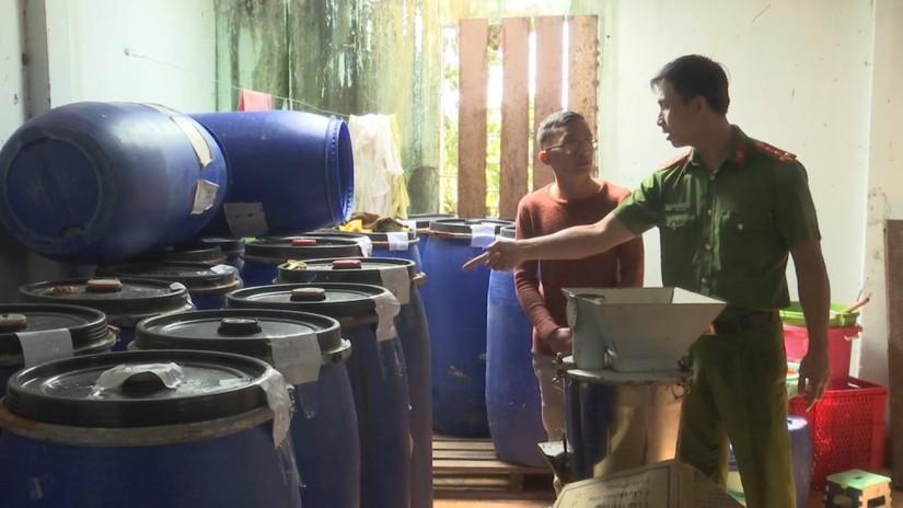 Bắt quả tang cơ sở chế biến nước chấm, tương ớt 'bẩn'