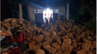 Người yêu cũ đổ 2 đống đá ngay cổng nhà trước ngày rước dâu?