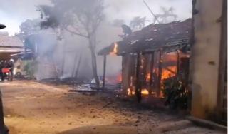 Đắk Lắk: Hỏa họan thiêu rụi 3 căn nhà gỗ gần chợ