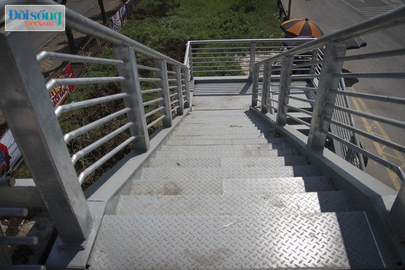 Cây cầu duy nhất ở Hà Nội chỉ dành cho người đi bộ, xe thô sơ và xe máy đi qua8