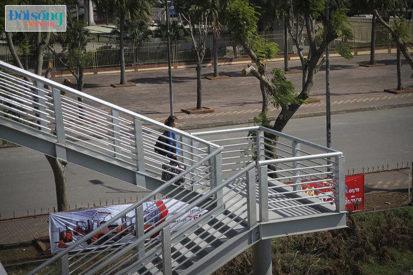 Cây cầu duy nhất ở Hà Nội chỉ dành cho người đi bộ, xe thô sơ và xe máy đi qua9