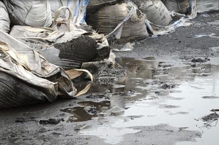 Bắc Giang: Phạt 225 triệu đồng lái xe chở hơn 43 tấn chất thải nguy hại
