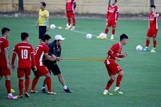 4 cầu thủ tập tễnh rời sân sau buổi tập mới nhất của đội tuyển Việt Nam