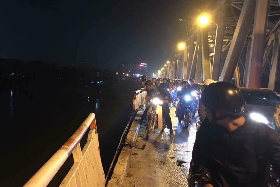 Ô tô mất lái ở cầu Chương Dương lao xuống sông Hồng