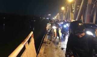Hà Nội: Ô tô mất lái húc đổ 10 m thành cầu Chương Dương, lao xuống sông Hồng