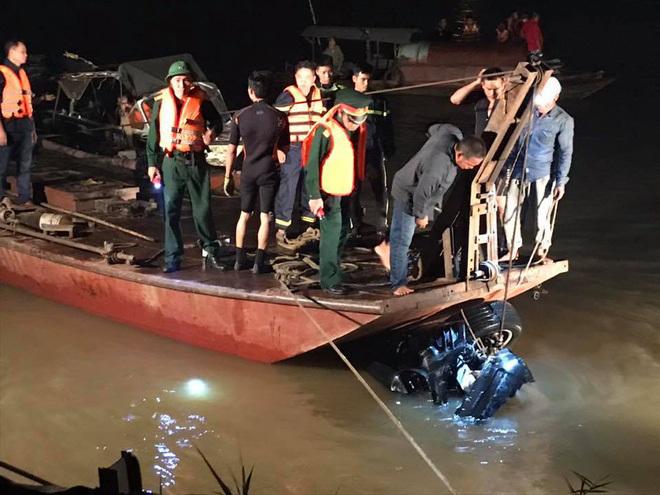 Xe Mercedes lao xuống sông Hồng lực lượng chức năng đã vớt được lên bờ