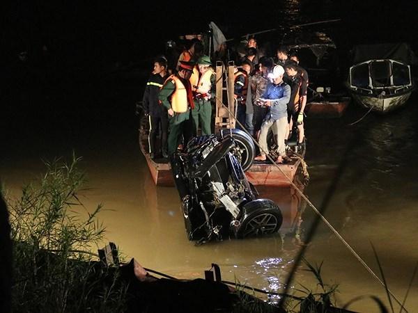 Xe Mercedes lao từ cầu Chương Dương xuống sông Hồng