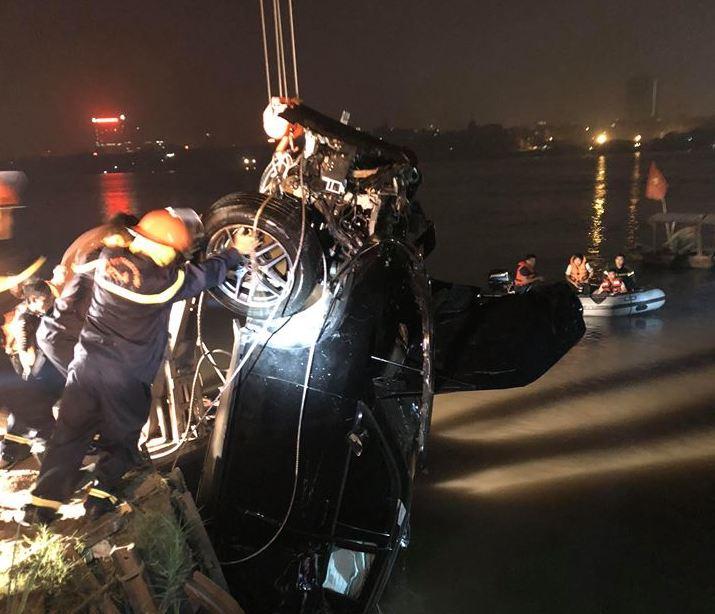 Hình ảnh chiếc xe được đưa lên bờ